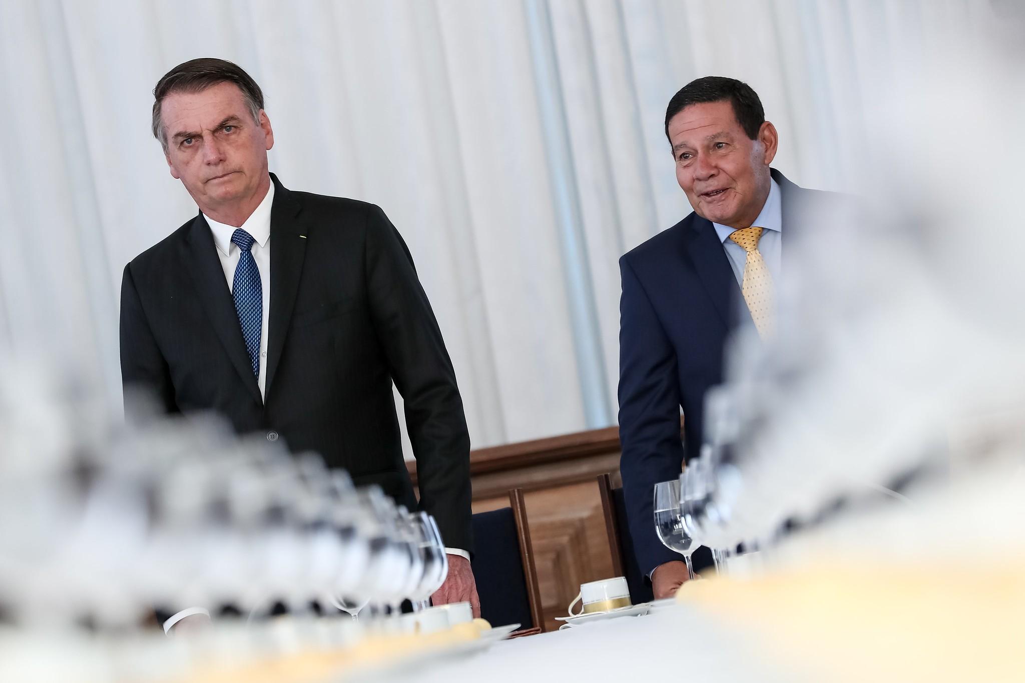 Bolsonaro diz que Mourão 'por vezes atrapalha', mas 'tem que aturar'
