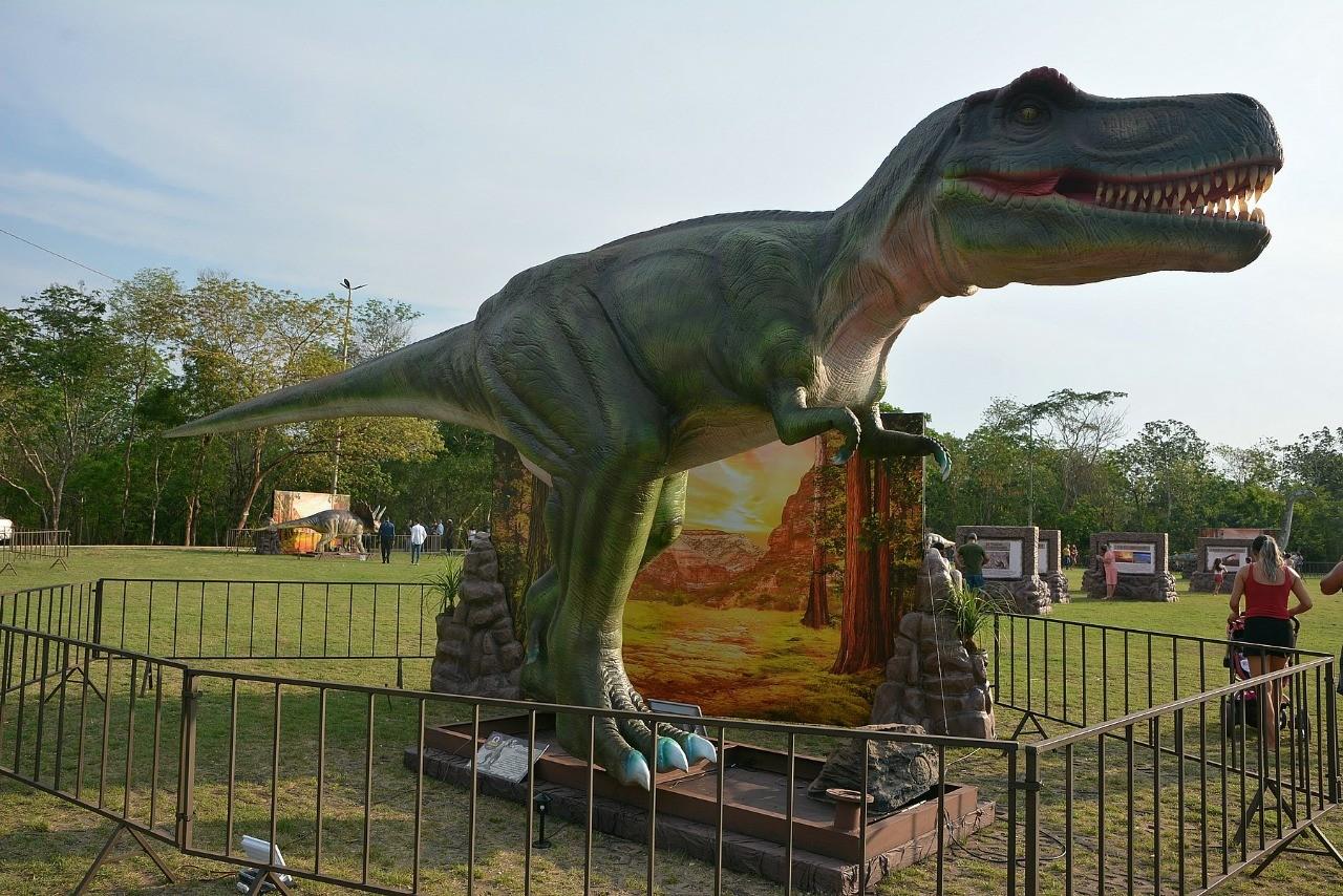 Réplica de dinossauro está disponível para visitação no Parque Berneck em Várzea Grande (MT)