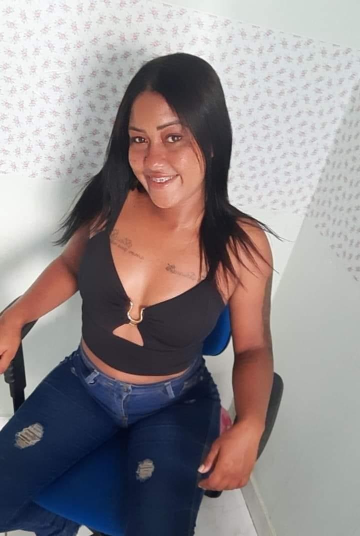 Ana Eduarda Santos da Costa, de 23 anos, pilotava uma motocicleta que atingiu um poste em Várzea Grande